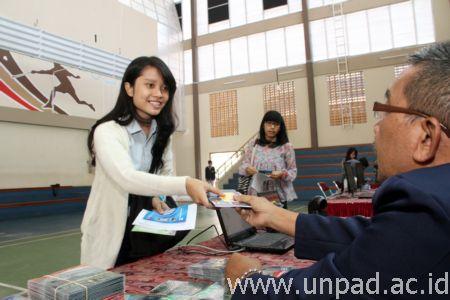 Salah seorang calon mahasiswa unpad melakukan registrasi administrasi