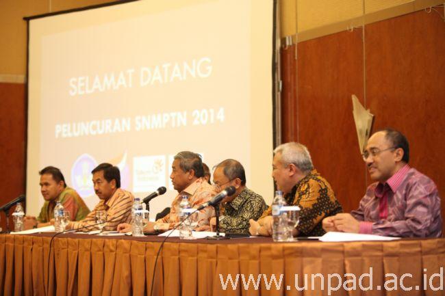 Suasana launching SNMPTN 2014 di Bandung, Rabu (11/12) malam (Foto: Dadan T.)*