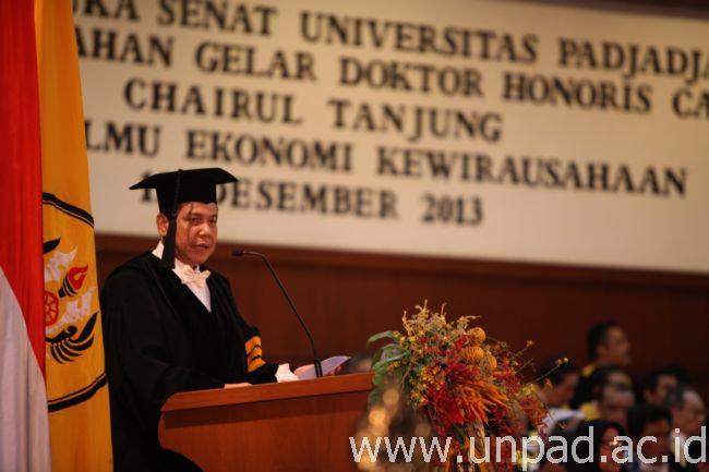 Chairul Tanjung saat membacakan orasi ilmiah pada penganugerahan gelar Doktor Honoris Causa dari Universitas Padjadjaran di Graha Sanusi Hardjadinata Unpad Jln. Dipati Ukur 35 Bandung, Kamis (12/12). (Foto oleh: Dadan T.) *