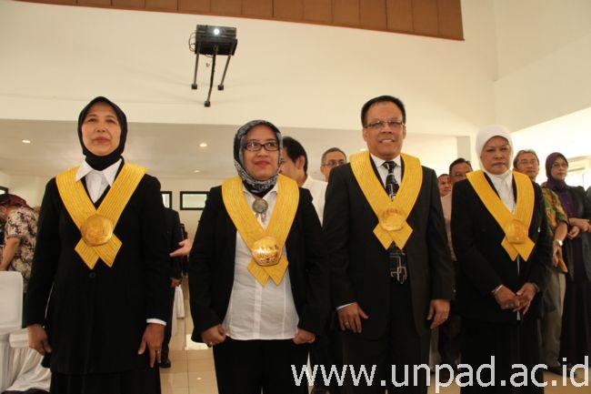 Keempat guru besar baru yang dilantik Rektor sekaligus Ketua Senat Unpad, Prof. Ganjar Kurnia, di RSG Gedung 2 Unpad Kampus Iwakoesoemasoemantri, Jln. Dipati Ukur 35 Bandung, Senin (23/12). (Foto oleh: Tedi Yusup)*