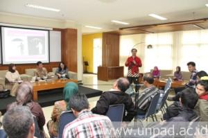 Suasana diskusi Unpad Merespons yang dipandu Kepala UPT Humas Unpad, Soni A. Nulhaqim (Foto oleh: Tedi Yusup)*