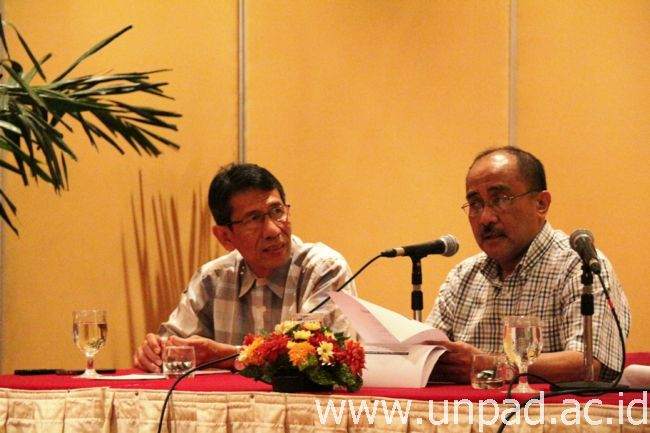 Ketua Umum SNMPTN 2014, Prof. Ganjar Kurnia (kanan) dan Koordinator Tim Pokja Pendaftaran & Seleksi SNMPTN 2014 saat jumpa pers di Jakarta, Sabtu (15/02) lalu (Foto oleh: Dadan T.)*