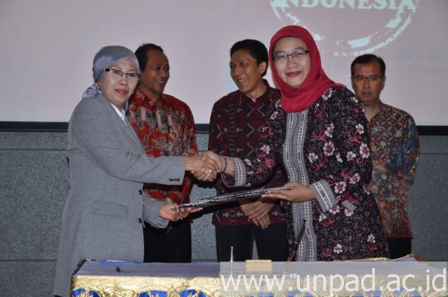 Kepala PNRI, Dra. Sri Sularsih, M.Si (kiri) dan Kepala UPT Kerja Sama Unpad, Anne Nurbaity, M.P., PhD, usai penandatanganan MoU. (Foto oleh: Muhammad Fadli)*