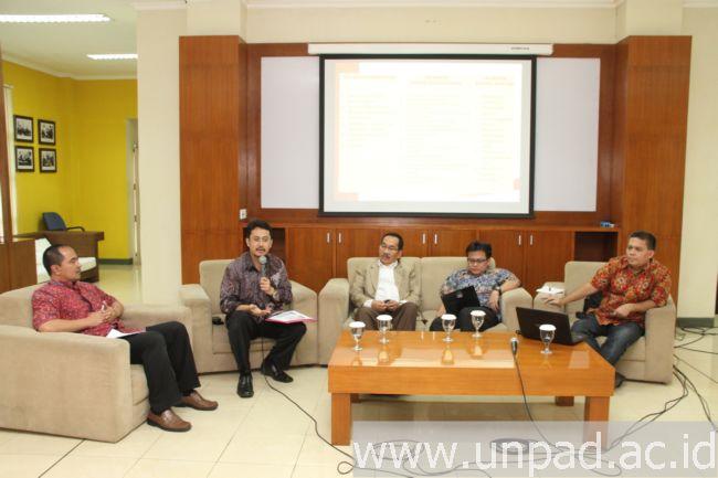 Dari kiri ke kanan: moderator Dr. Soni A. Nulhaqim, Dr. Ferry Kurnia Rizkiyansyah, Drs. Affan Sulaeman, M.A., Dr. Toni Toharudin, M.Sc. dan Dr. Antar Venus, MA Comm (Foto oleh: Tedi Yusup)*