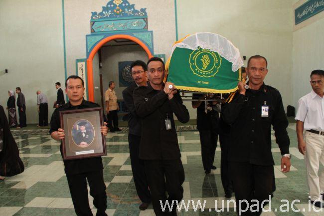 Jenazah Prof. Dr. Achmadi Rilam dibawa keluar masjid Al Jihad Unpad usai mendapatkan prnghormatan terakhir dari civitas akademika Unpad (Foto oleh: Tedi Yusup)*