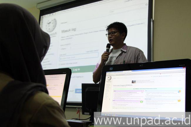 Suasana pelatihan menulis Wikipedia yang diselenggarakan oleh Departemen Ilmu Informasi dan Perpustakaan Unpad bekerja sama dengan Wikimedia Indonesia (Foto oleh: Arief Maulana)*