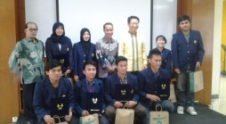 Perwakilan Bank Hana dan Unpad berfoto bersama para mahasiswa penerima beasiswa (Foto oleh: Kemahasiswaan Unpad)*