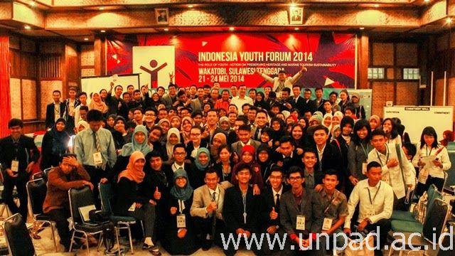 Foto bersama para peserta Indonesia Youth Forum 2014 di Wakatobi *