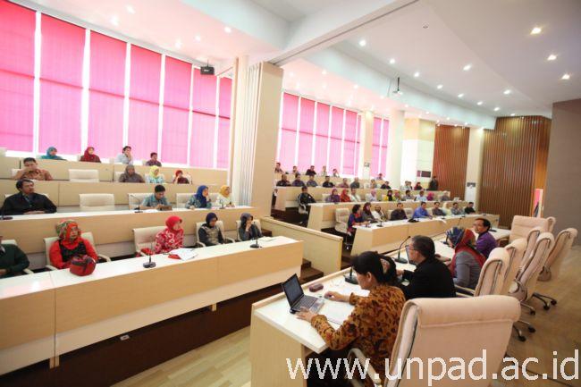 Kegiatan Sosialisasi Short Term Training Program IDB IND 140/141 di Bale Rucita Unpad Kampus Jatinangor, Kamis (24/07). (Foto oleh: Dadan T.)*