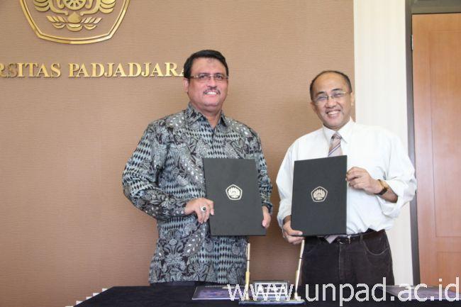 Rektor Unpad, Prof. Ganjar Kurnia (kanan) dengan Rektor Untan, Prof. Dr. H. Thamrin Usman, DEA (Foto oleh: Tedi Yusup)*