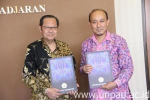 Dekan Fakultas Ilmu Keperawatan Unpad, Kusman Ibrahim, S.Kp, M.NS., PhD (kanan) dengan Dekan Fakultas Kedokteran Untan, dr. Bambang Sri Nugroho, Sp.PD. (Foto oleh: Tedi Yusup)*