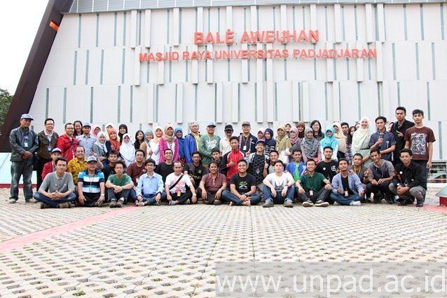 Delegasi Unpad di Pimnas 27 berfoto bersama di Bale Aweuhan Masjid Raya Unpad Jatinangor saat akan berangkat menuju Undip, Minggu (24/08). (Foto oleh: Arief Maulana)*