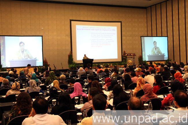 "Direktur Eijkman Institute, Prof. Sangkot Marzuki, saat memberikan keynote speech pada ""The 3rd Bandung International Biomolecular Medicine Conference (BIBMC) 2014"" di The Trans Luxury Hotel, Bandung, Kamis (18/09). (Foto oleh: Arief Maulana)*"