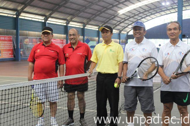 Rektor Unpad dan Ketua Ika Unpad (kiri) saat tampil dalam pertandingan pembuka di Pertandingan Tenis Antaralumni Perguruan Tinggi 2014 yang diselenggarakan Ika Unpad di Bandung, Minggu (28/09). (Foto oleh: Aceng Abdullah)*