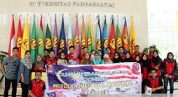 Rombongan mahasiswa Universiti Teknologi Mara (UiTM) Malaysia berfoto bersama perwakilan Unpad di lobi Gedung Rektorat Unpad Jatinangor, Senin (1/09). (Foto oleh: Tedi Yusup)*