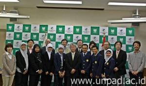 Empat orang mahasiswa PSMIL-Ps Unpad Batch I (menggunakan jas almamater Unpad) setelah mengikuti sidang di Mie University bulan Maret lalu *