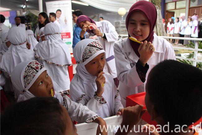 Pelajar SD mengikuti kegiatan kampanye pentingnya kesehatan gigi pada Bulan Kesehatan Gigi Nasional di RSGM FKG Unpad Bandung, Rabu (22/10). (Foto oleh: Artanti)*