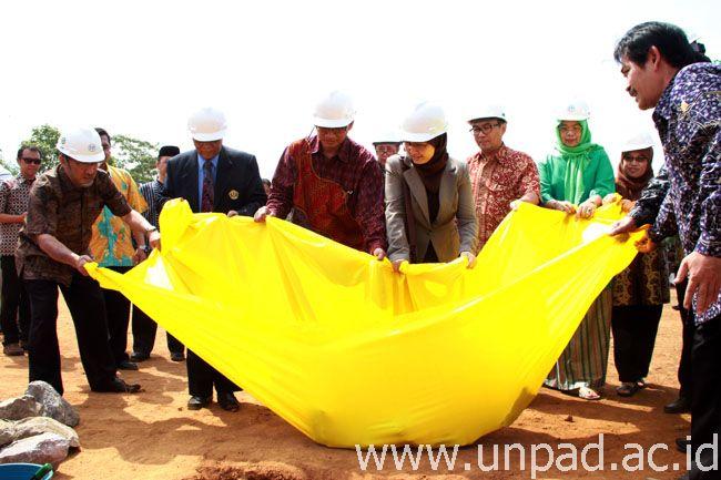 Peletakan batu pertama sebagai simbolisasi akan mulai dibandung 18 gedung baru di Unpad Kampus Jatinangor. Peletakan batu pertama dilakukan di Lapangan Merah Unpad Kampus Jatinangor, Jumat (17/10). (Foto oleh: Tedi Yusup)*