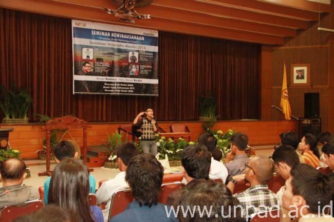 Rici Solihin, mahasiswa Unpad yang pernah mengikuti kegiatan Wirausaha Muda Mandiri, berbagi pengalaman dengan para mahasiswa (Foto oleh: Tedi Yusup)*