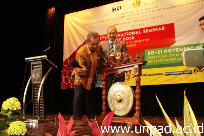 Wakil Rektor I Unpad, Prof. Engkus Kuswarno, saat membukat seminar (Foto oleh: Tedi Yusup)*