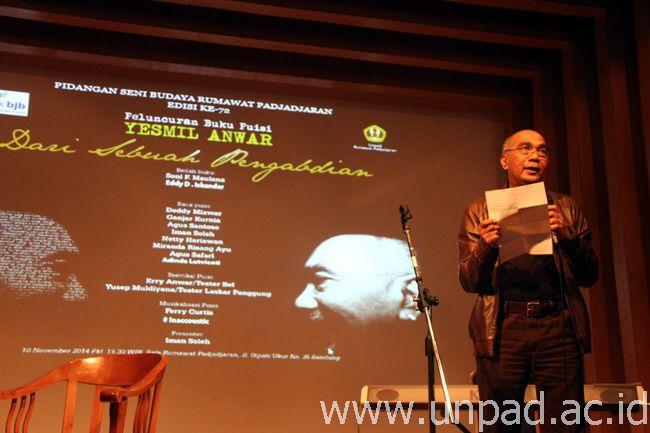 Yesmil Anwar saat peluncuran buku karyanya berjudul