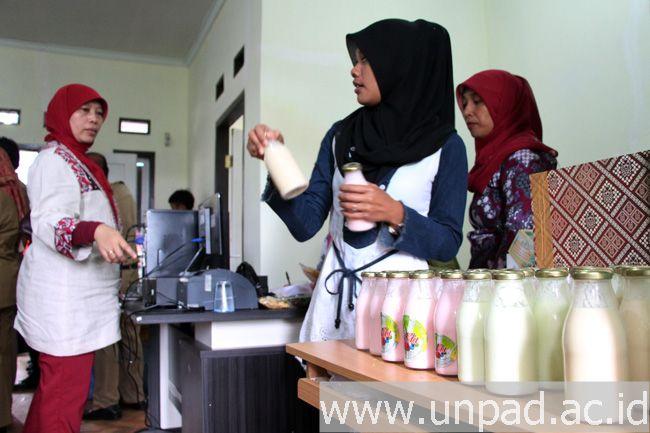 Salah seorang warga Kelurahan Cipageran sedang menunjukkan produk susu yoghurt hasil binaan dari tim FTIP dan Fapet Unpad pada peresemian Sentra Hasil Olahan Susu Sapi Cipageran, Selasa (30/12) di Kelurahan Cipageran, Cimahi. (Foto: Arief Maulana)*