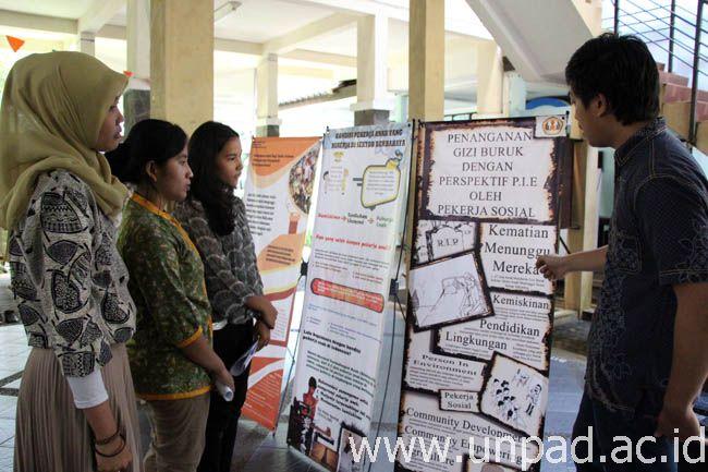 Salah satu mahasiswa sedang mempresentasikan posternya dihadapan pengunjung. (Foto oleh: Artanti)*