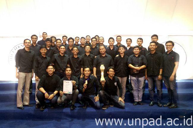 Paduan Suara Mahasiswa Unpad yang menjadi juara pertama di Festival Paduan Suara ITB di Bandung, awal Februari 2015 *