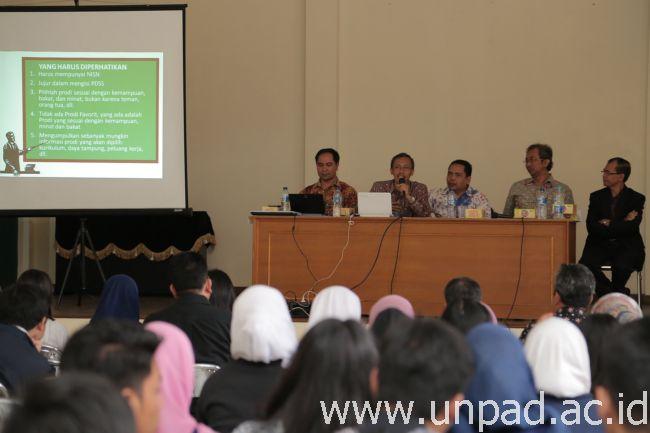Unpad kembali melakukan sosialisasi SNMPTN, kali ini sosialisasi dilaksanakan di Aula SMAN 3 Bandung. Narasumber dari Unpad (dari kiri ke kanan): Kepala UPT Humas Unpad  Dr. Soni A. Nulhaqim, S.Sos., Anggota tim seleksi Masuk Universitas Padjadjaran (SMUP) Drs. Gatot Riwi Setyanto, MS., Kepala Biro Pembelajaran dan Kemahasiswaan Unpad Dr. H. Isis Ikhwansyah, SH.,MH., CN, serta Wakil Rektor Bidang Pembelajaran dan Kemahasiswaan Prof. Dr. H. Engkus Kuswarno, MS. Dari SMAN 3 Bandung hadir kepala sekolah Drs. Encang Iskandar, M.Pd. (Foto oleh: Dadan T.)