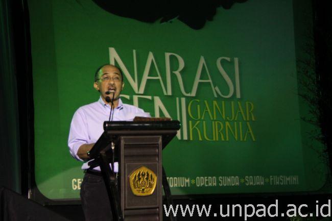 """Prof. Dr. Ganjar Kurnia, DEA saat Pidangan Rumawat Padjadjaran """"Narasi Seni Ganjar Kurnia"""" di Grha Sanusi Hardjadinata Unpad, Bandung, Senin (30/03). (Foto oleh: Tedi Yusup)*"""