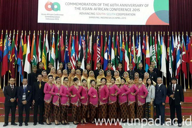 PSM Unpad berfoto di depan bendera para peserta KAA di Gedung Merdeka Bandung *