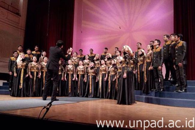 "Penampilan tim ""Indonesia Kirana"" PSM Unpad pada kompetisi 13th International Choral Competition Gallus-Maribor 2015 di Maribor, Slovenia, 12 April 2015 *"
