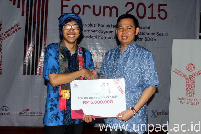 Panji (kiri) saat menerima grant atas prestasinya meraih The Best dari Wakil Gubernur Bengkulu. Sultan Bachtiar Najamudin *