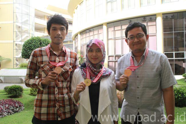 Kiri ke kanan: Dida Ridwan Taufiq, Vidia Afina Nuraini dan Kindi Farabi, mahasiswa Prodi Kimia FMIPA Unpad yang meraih prestasi di ajang ON MIPA-PT 2015 Tingkat Nasional bidang Kimia. (Foto: Tedi Yusup)