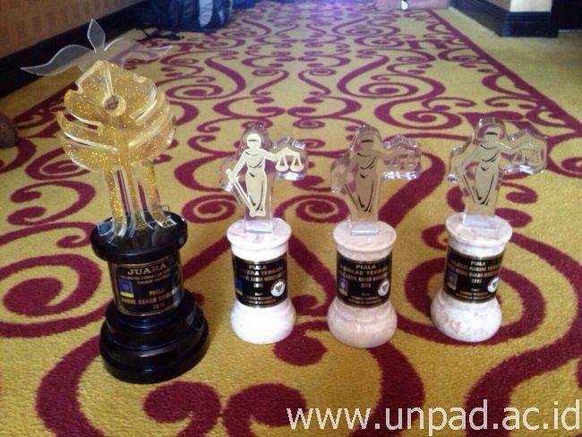 Piala yang diraih mahasiswa Fakultas Hukum Unpad di Kompetisi Peradilan Semu Nasional Piala Abdul Kahar Mudzakir VI di UII Yogyakarta, 5-9 Juni 2015 lalu *
