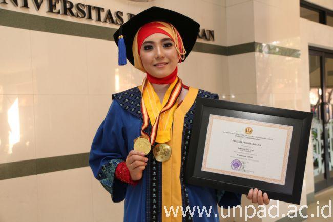 Indrianti Nur Fuji, wisudawan Terbaik Program Diploma Wisuda Gelombang IV Unpad Tahun Akademik 2014/2015 (Foto oleh: Tedi Yusup)*