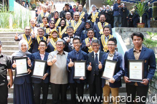 Gubernur Jawa Barat, Ahmad Heryawan, bersama pimpinan fakultas dan mahasiswa usai memberikan kuliah umum kepada mahasiswa baru FISIP Unpad di Kampus FISIP Unpad Jatinangor, Selasa (25/08). (Foto oleh: Tedi Yusup)*