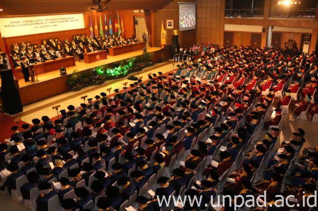Hari pertama prosesi Wisuda Gelombang IV Unpad Tahun Akademik 2014/2015 di Grha Sanusi Hardjadinata Unpad Bandung, Selasa (4/08). (Foto oleh: Tedi Yusup)*