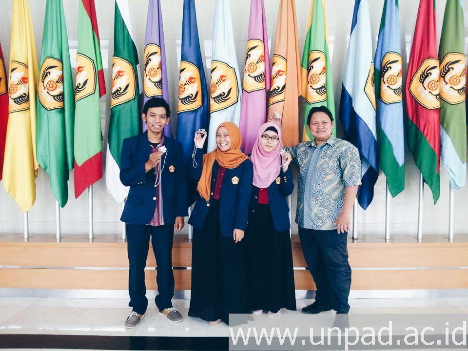Tim Kakecili, kiri ke kanan Rakean Hafidz Suardaya, Rina Nurlina, Neneng Chulliyah, dan dosen pendamping Gema Wibawa Mukti, SP., MP *