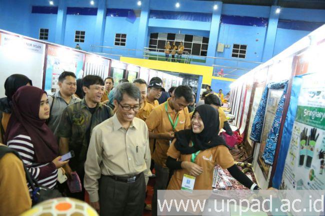 Rektor saat meninjau persiapan para mahasiswa Unpad yang akan tampil pada Pimnas 28 di Universitas Halu Oleo Kendari, Senin (5/10). (Foto oleh: Purnomo Sidik)*