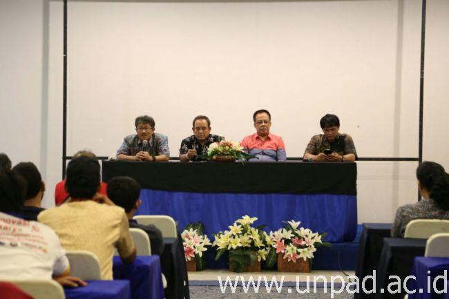 Pimpinan Unpad saat menemui mahasiswa Unpad peserta Pimnas 28 di Universitas Halu Oleo Kendari. (Foto oleh: Purnomo Sidik)