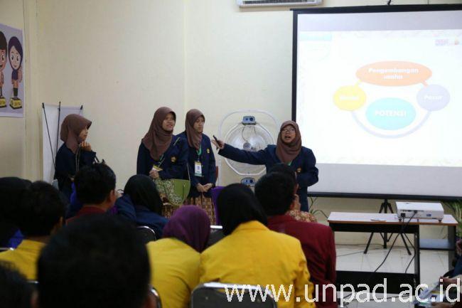 Salah satu tim Unpad sedang melakukan presentasi di hadapan juri dan peserta lainnya pada Pimnas 28 di Universitas Halu Oleo Kendari. (Foto oleh: Purnomo Sidik)*