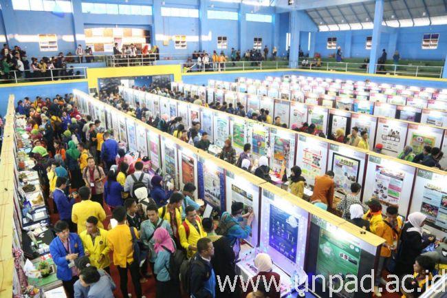 Suasana Pameran Poster dan Gelar Produk di Universitas Halu Oleo Kendari (Foto oleh: Purnomo Sidik)*