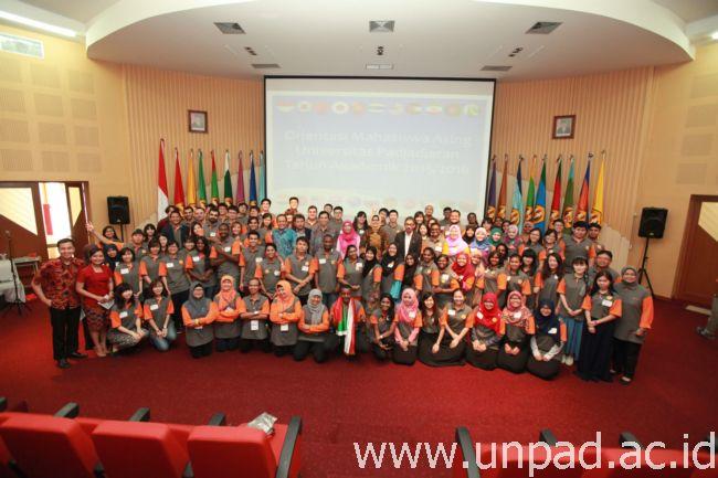 Para mahasiswa asing Unpad yang masuk pada tahun akademik 2015/2016 berfoto bersama pimpinan Unpad di Bale Sawala Unpad, Selasa (6/10). (Foto oleh: Dadan T.)*