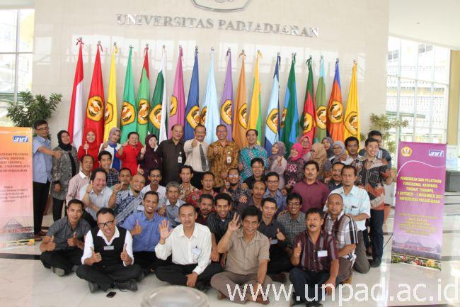 Humas Unpad Eos 38 Foto Bersama Peserta Diklat Fungsional Arsiparis Terampil Di Bale Rucita Gedung Rektorat Kampus Jatinangor