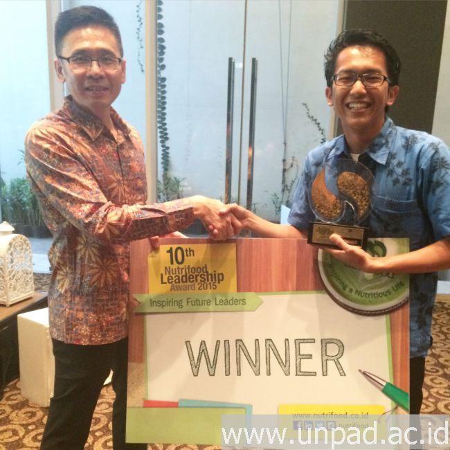 CEO Nutrifood, Mardi Wu (kiri), memberikan penghargaan pemenang Nutrifood Leadership Award 2015 kepada Panji *