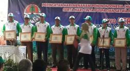 Rektor Unpad, Prof. Tri Hanggono Achmad (kedua dari kiri) saat menerima penghargaan dari pemerintah pada puncak peringatan Hari Menanam Pohon Indonesia di Taman Hutan Raya Sultan Adam *