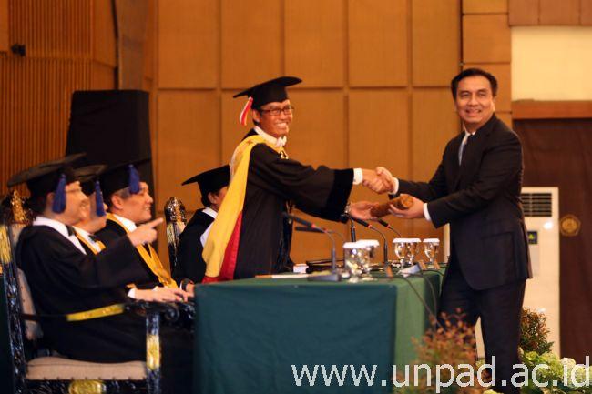 Rektor Unpad, Prof. Tri Hanggono Achmad, mengucapkan selamat kepada Effendi MS Simbolon saat sidang promosi Doktor Bidang Ilmu Hubungan Internasional di Grha Sanusi Hardjadinata Unpad, Selasa (24/11). (Foto oleh: Dadan T.)*