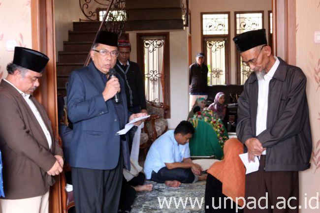 Ketua Senat Akademik Unpad, Prof. Oekan S. Abdoellah, saat mengucapkan duka di rumah almarhum (Foto oleh: Dadan T.)*