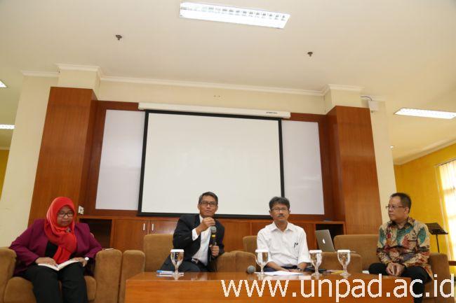 Kiri ke kanan: Dekan Fakultas Kedokteran Unpad, Rektor Unpad, Wakil Rektor Bidang Akademik dan Kemahasiswaan, serta Direktur Pendidikan Unpad (Foto oleh: Dadan T.)*